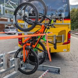 Gemütlich bergauf mit dem gelben Bus