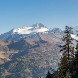 Auf der anderen Talseite thronen mächtige Gletscher.