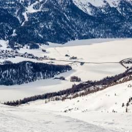 Auf dem See schlängeln sich die Läufer des Skimarathons durch.