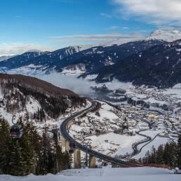 Skigebiet und Gondelbahn gehen unter der Brennerautobahn hindurch.