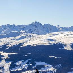 Auf der andern Talseite erstreckt sich das Skigebiet von Obersaxen.