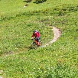 Bikerin auf Trail