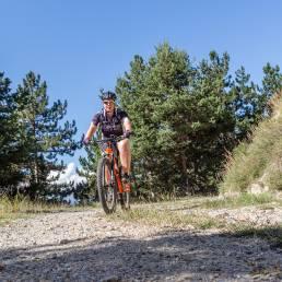 Bikerin in der Sonne
